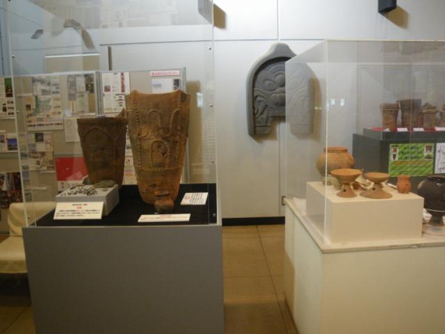 曽根丘陵公園にある研修センターの中には土器などがある