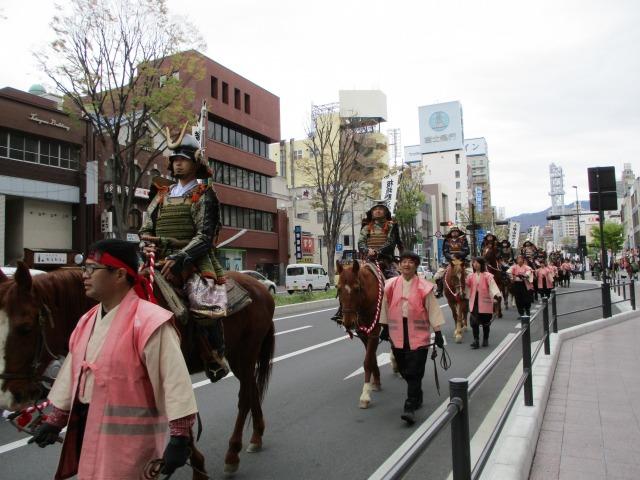 毎年4月12日開催 【武田二十四将騎馬行列】参加方法やコースは?見に行ったレポートも