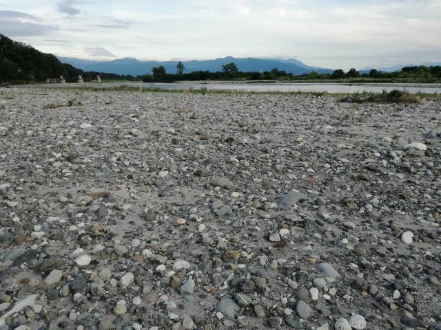 釜無川の河原の石は色かたちがおもしろい