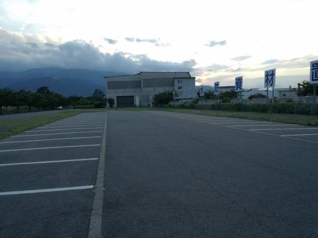 双葉水辺公園の広い駐車場の様子