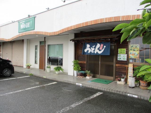 笛吹市にある吉田のうどん富士の外観を斜めから撮った写真
