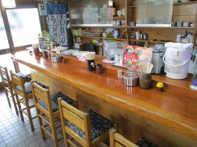 吉田のうどん富士の店内カウンター