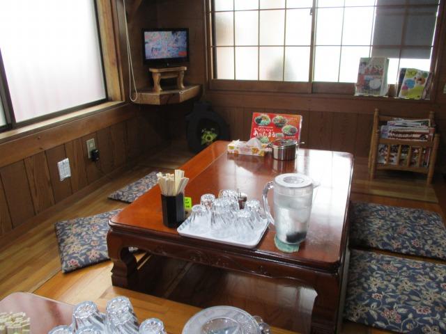 吉田のうどん富士のテーブル席の様子