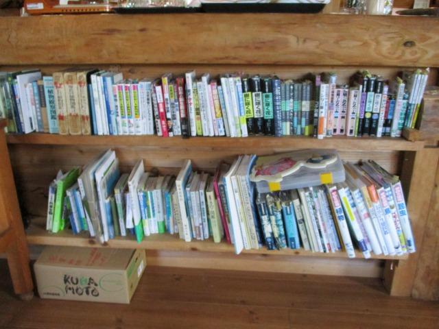甘利山駐車場にあるカフェのカウンター下は本棚