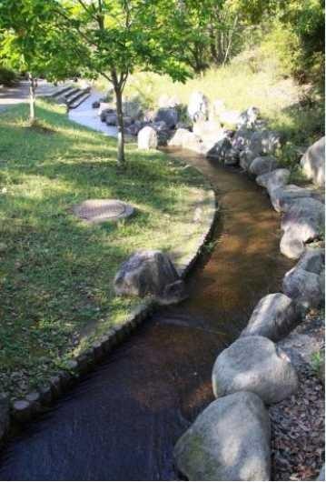 シルクの里公園内に流れる水遊びできる小川