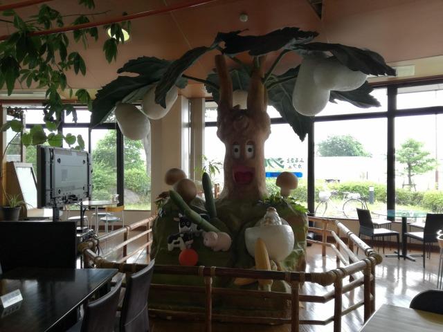 道の駅とよとみのカフェ店内には蚕がついた木のモニュメントがある