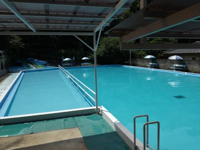 幼児用プールと25mの深いプール