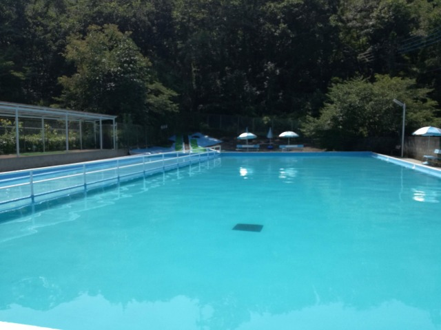 甲府市北部のつつじヶ崎温泉プールの様子