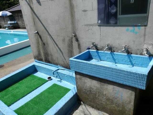 更衣室を出たところにある水道とシャワー