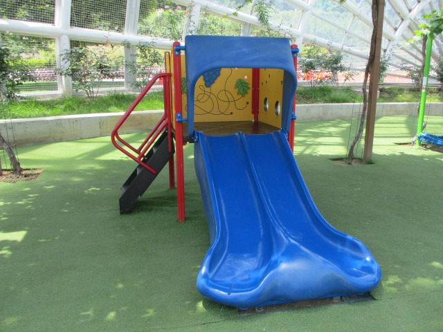 フルーツ公園のドーム内は小さい子供用滑り台もある