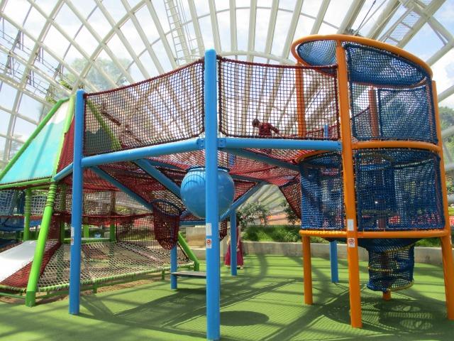 フルーツ公園のドーム内のネット遊具