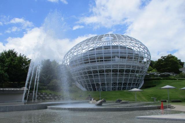 フルーツ公園内のドームと噴水