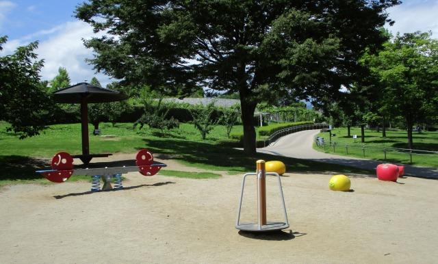 フルーツ公園の外遊具 回る遊具やフルーツのベンチなど