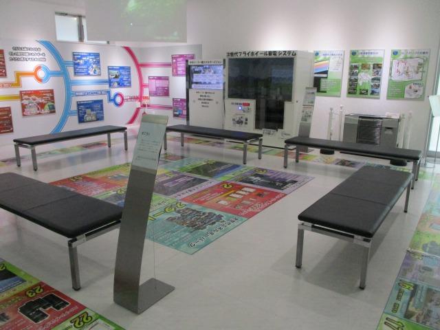 床はすごろく、壁面に展示、次世代エネルギーの展示