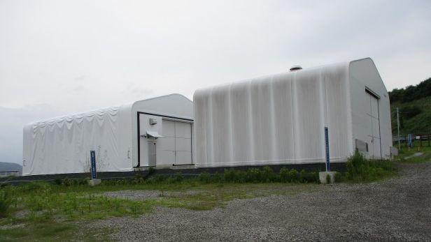 米倉山超伝導フライホイール蓄電システムの実証試験場外観