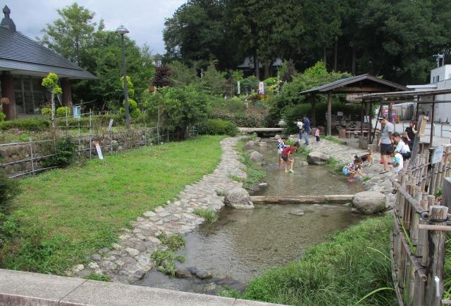 道の駅はくしゅうにある水遊びができる川