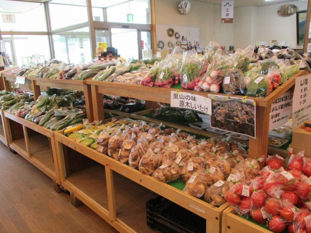 道の駅はくしゅうの直売所、野菜が並んでいる様子