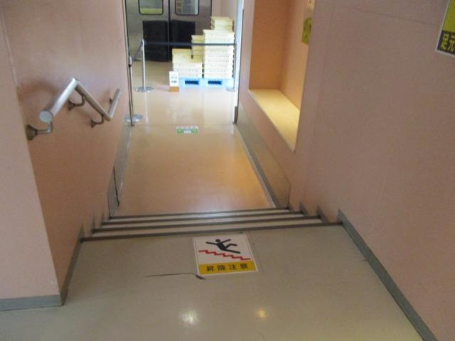階段や段差が多い廊下の様子