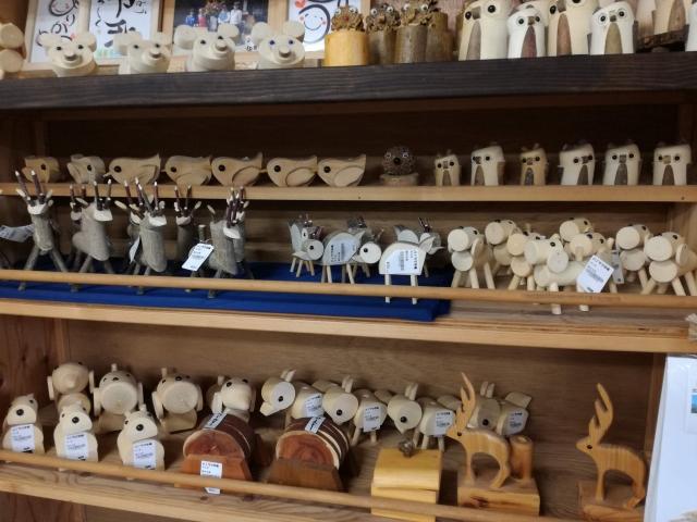 パノラマ市場の木工品売り場の様子