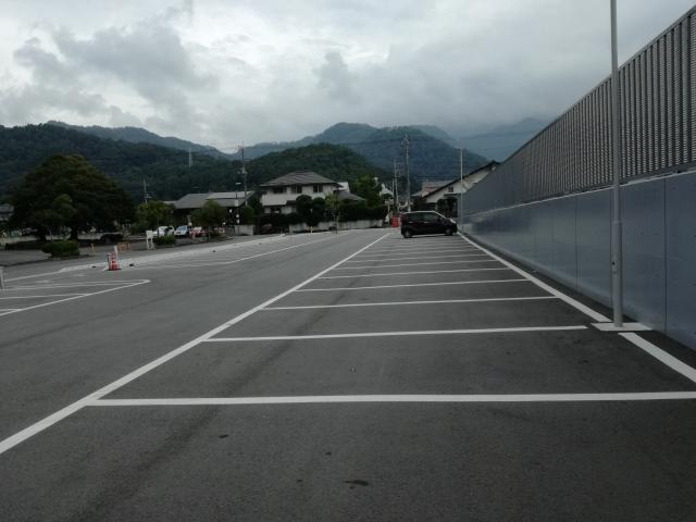 緑ヶ丘屋外プールの駐車場の様子
