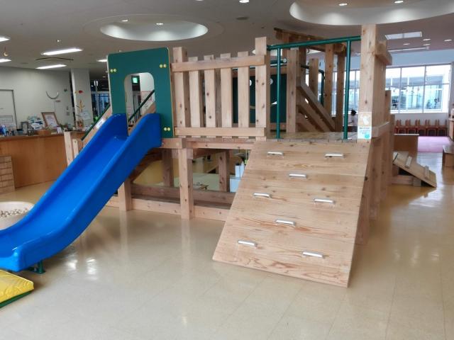 にらちび内の大型木製遊具滑り台