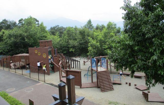 里山交流館から見た大型遊具