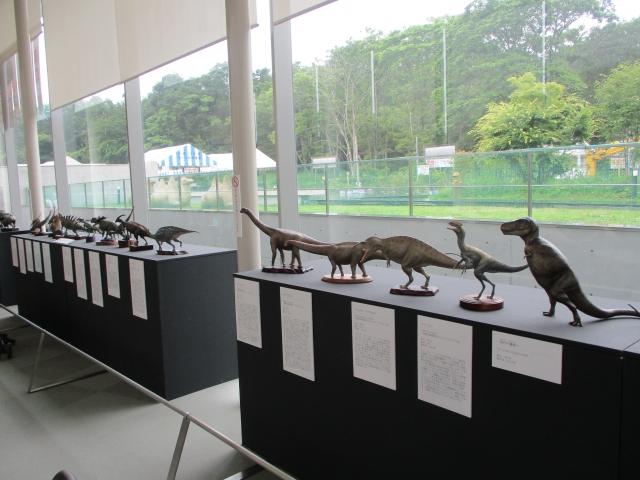 美術館カフェの中で恐竜模型展