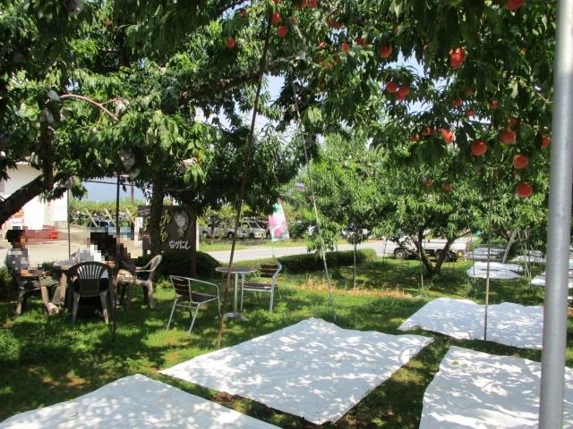 ピーチカフェなかにしの屋外で待つイスとテーブル