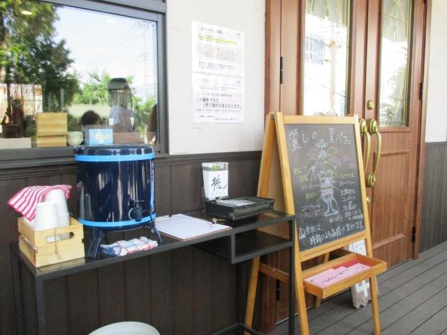 ピーチカフェなかにしの外観 待合場所の様子