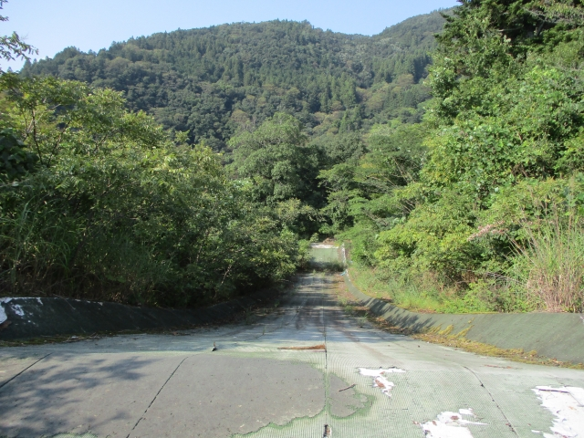 【下部温泉の大すべり台・グリーンジャンボ】山の中に出現!よく滑るスリリングなすべり台で遊ぼう