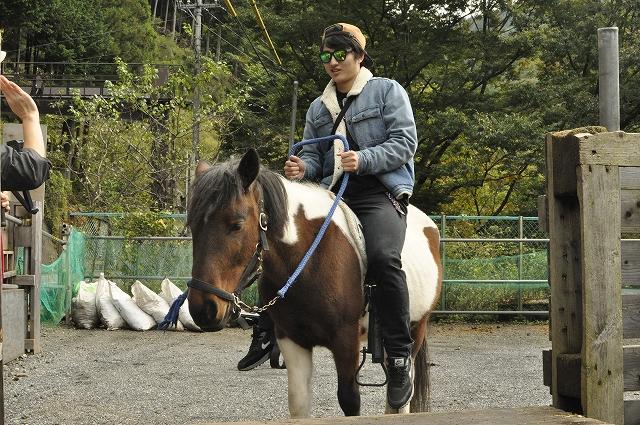 うまカフェで乗馬体験レッスン中