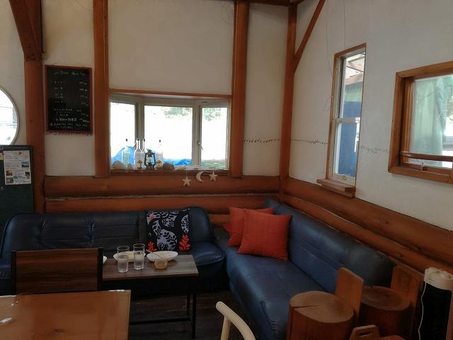 うまカフェ店内ソファー席