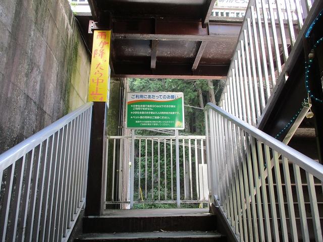 ローラーすべり台の入り口階段