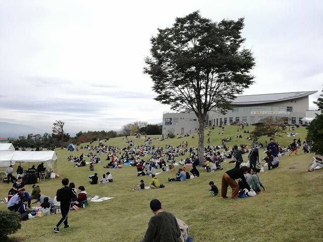 浅尾ダイコン祭りの会場の芝生ひろば