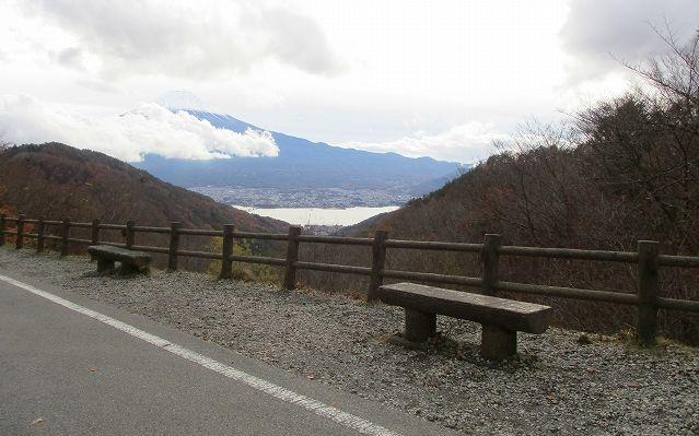 天下茶屋前のベンチと富士山