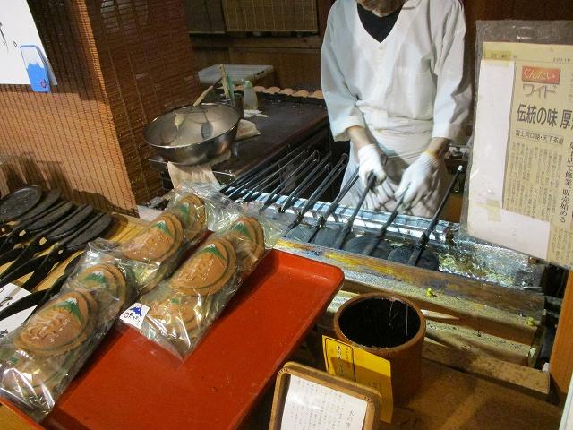 天下茶屋内で作っている瓦煎餅