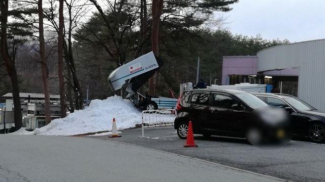 製氷車が氷を出すところ
